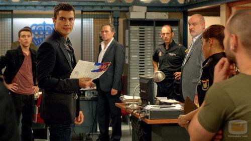 Álex González en la comisaría de la serie 'El Príncipe'