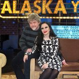 Alaska y Javier Coronas son los presentadores de 'Alaska y Coronas'