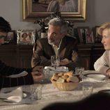 Carlos come con sus padres en 'Cuéntame cómo pasó'