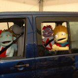 Los Lunnis en un coche azul