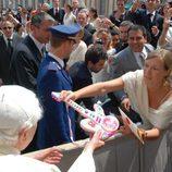 El Papa recibe la guitarra de Chikilicuatre