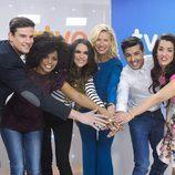 Anne Igartiburu juntando las manos con los candidatos del 'Festival de Eurovisión 2014'