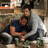 Fran Perea consolando a Dani Rovira en 'B&B, de boca en boca'