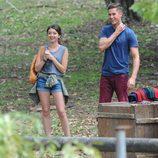 Sarah Hyland acompañada de un chico durante su rodaje en Australia
