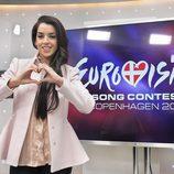 Ruth Lorenzo haciendo un corazón, símbolo de Eurovisión 2014