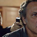 Álex González apuntando con una pistola a José Coronado en 'El Príncipe'