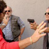 José Coronado apuntando con una pistola en el capítulo cuarto de 'El Príncipe'