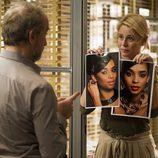 Candela muestra unas fotografías a Pablo en 'B&b, de boca en boca'