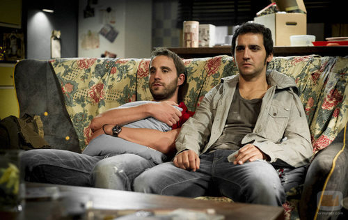 Juan y Mario sentados en un sofá en el tercer capítulo de 'B&b, de boca en boca'