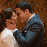 Paula Echevarría y Miguel Ángel Silvestre a punto de besarse en 'Velvet'