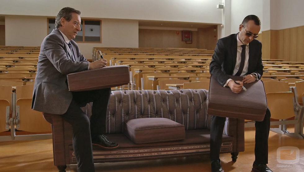 Inaki Gabilondo y Risto Mejide firmando en el sofa de 'Viajando con Chester'
