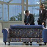 Miguel Ángel Revilla firmando el sofa de 'Viajando con Chester'