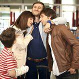 Jorge abraza a Ángel y Begoña en la tercera temporada de 'Con el culo al aire'