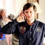 Jorge hablando por el móvil en la tercera temporada de 'Con el culo al aire'