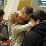 Aran Aznar saluda a Nacho Montes antes de partir hacia 'Supervivientes 2014'