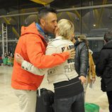 Rafa Lomana saluda a Aran Aznar en el aeropuerto
