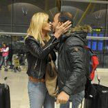Bibiana Fernández y Antonio Tejado, concursantes de 'Supervivientes 2014', se saludan en el aeropueto