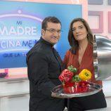 Sergio Fernández y María Jiménez Latorre presentadores de 'Mi madre cocina mejor que la tuya'