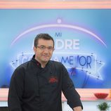 Sergio Fernández posando en 'Mi madre cocina mejor que la tuya'