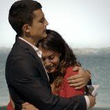 Álex González e Hiba Abouk abrazados en 'El Príncipe'