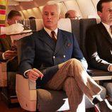 Roger Sterling y Don Draper (John Slattery y Jon Hamm) de 'Mad Men' sentados en un avión