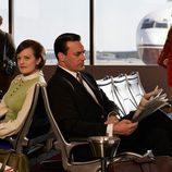 Peggy Olson y Don Draper (Elisabeth Moss y Jon Hamm) de 'Mad Men' esperan para embarcar