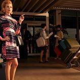 Betty Francis (January Jones) de 'Mad Men' fumando a las puertas del aeropuerto