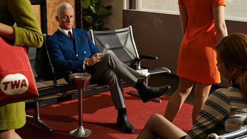 Roger Sterling (John Slattery) de 'Mad Men' fuma esperando a embarcar