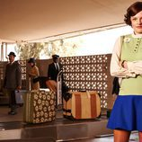 Peggy Olson (Elisabeth Moss) esperando para recoger su equipaje
