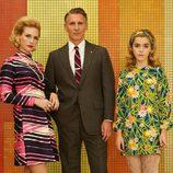 El matrimonio Francis (January Jones y Christopher Stanley) junto a Sally (Kiernan Shipka), hija de Don y Betty
