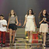 Paula Rojo con los tres finalistas de 'La Voz Kids'