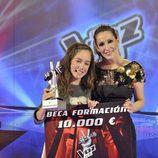 María Parrado y Malú posan con el premio de 'La Voz Kids'