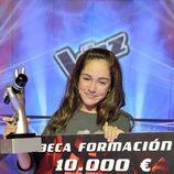 María, ganadora de 'La voz kids', posa junto con su premio
