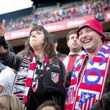 Eli y Chema viendo un partido de fútbol en el Vicente Calderón en 'Con el culo al aire'