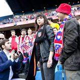 Jorge pidiéndole matrimonio a Eli en el Vicente Calderón en 'Con el culo al aire'