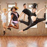 Los actores de 'Dreamland' saltando