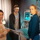 Inez Bjørg David junto a otros actores de 'Bienvenido al pueblo, doctora'