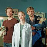 Inez Bjørg David, Bert Tischendorf y Steve Windolf posando para 'Bienvenida al pueblo, doctora'