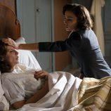 Carmen cuidando de doña Gloria en 'Velvet'