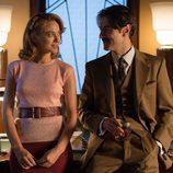 Mateo y Clara hablan apoyados en el escritorio en 'Velvet'