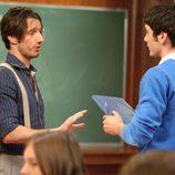 Los actores Alejandro Botto y Yon González en clase durante 'El internado'
