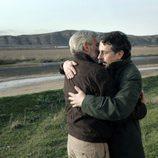 Pere Ponce abrazando a Imanol Arias en 'Cuéntame cómo pasó'