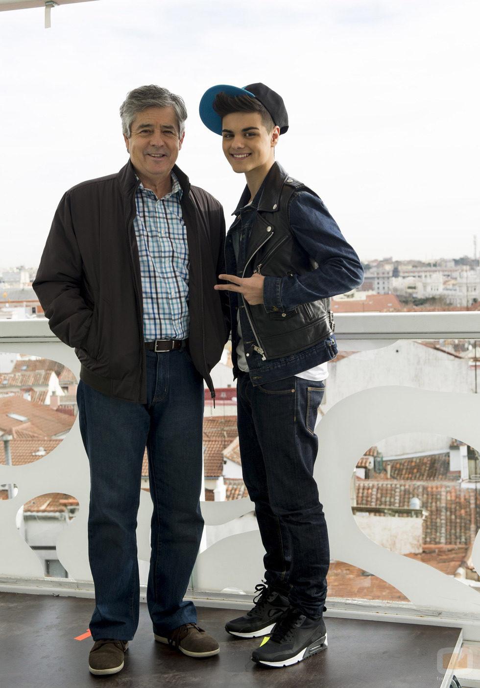 El actor Carlos Iglesias posa con Abraham Mateo en 'B&b, de boca en boca'