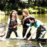 Toni Acosta, Julian López y Natalia Roig celebrando el concurso de pesca en 'Con el culo al aire'