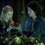 Eliza Taylor y Thomas McDonell en 'Los 100'