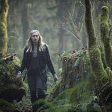 Eliza Taylor atravesando un bosque en 'Los 100'