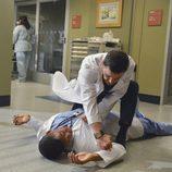 Justin Chambers pegando a Gaius Charles en 'Anatomía de Grey'