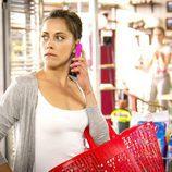 María Leon habla por teléfono en 'Con el culo al aire'