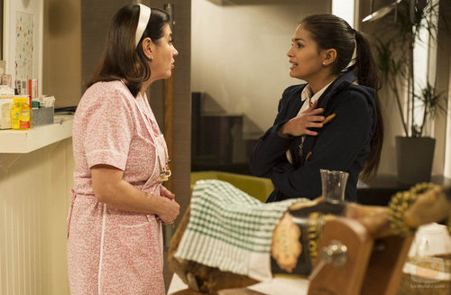 Carmen habla con Caye durante el octavo capítulo de 'Byb: de boca en boca'