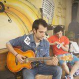 Un actor de 'Dreamland' tocando la guitarra
